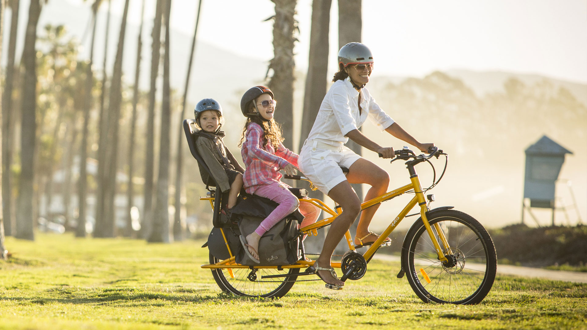Yuba cargo bike mundo lux carrying kids by the beach